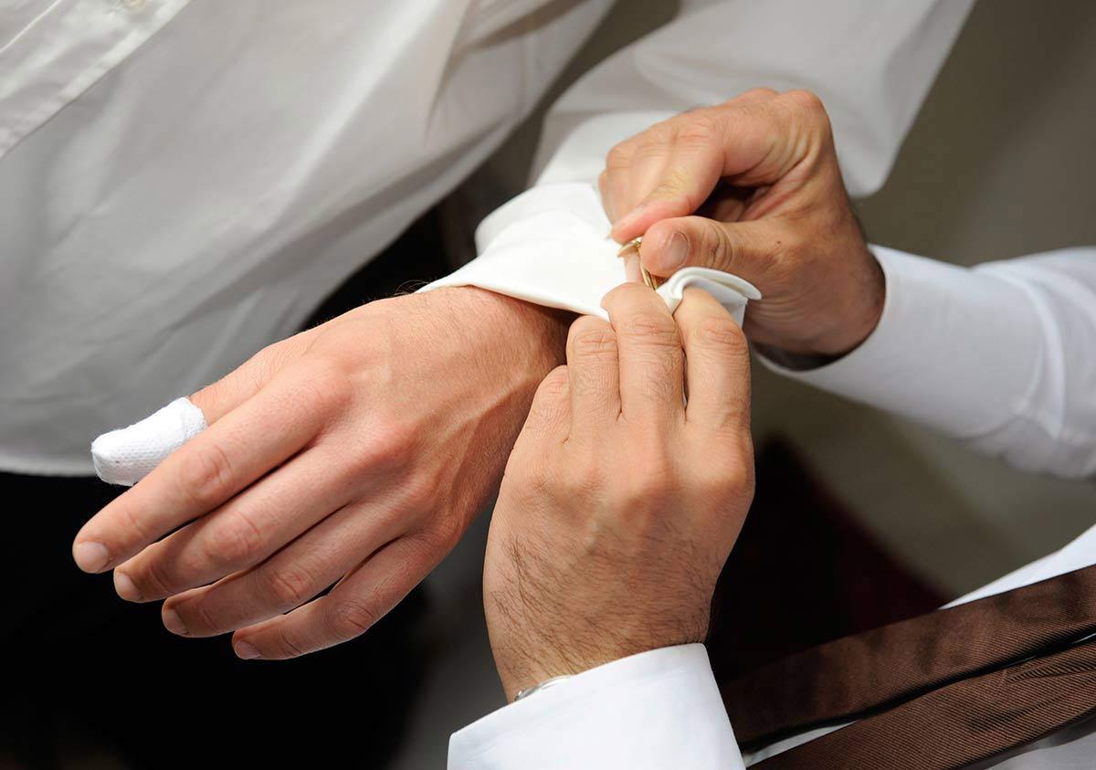 Hochzeitsfotograf: Bräutigam mit Manschettenknöpfepfe