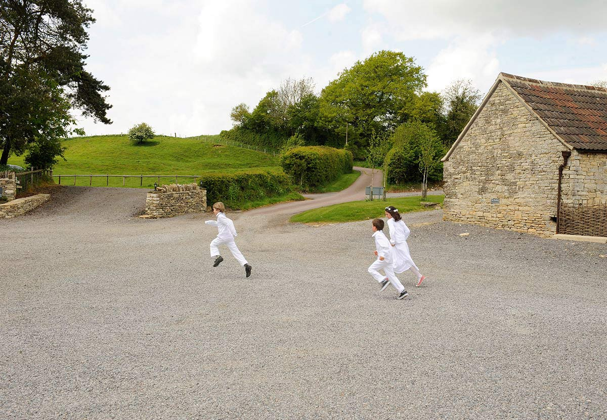 Honeylight Hochzeitsfotograf: Kinder spielen auf Gutshof