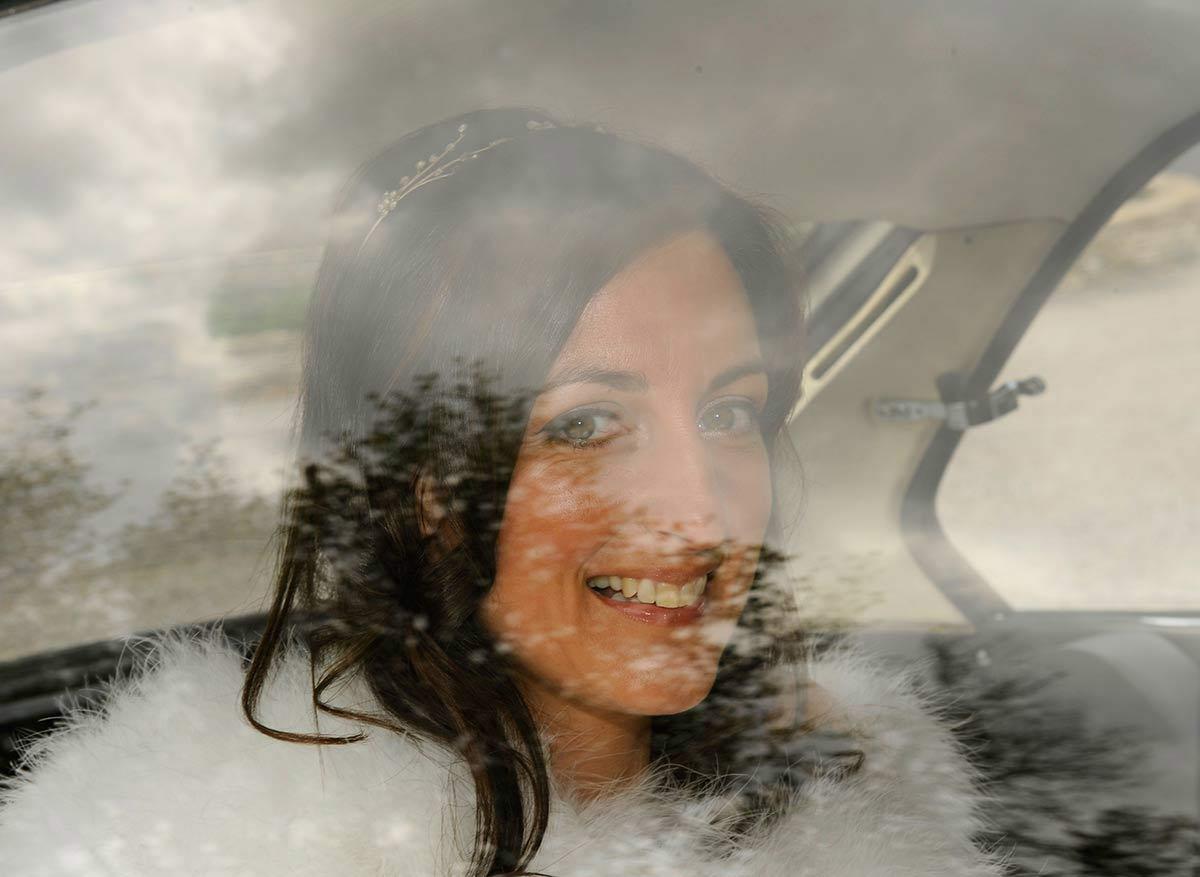 Honeylight Hochzeitsfotograf: Braut im Hochzeitswagen