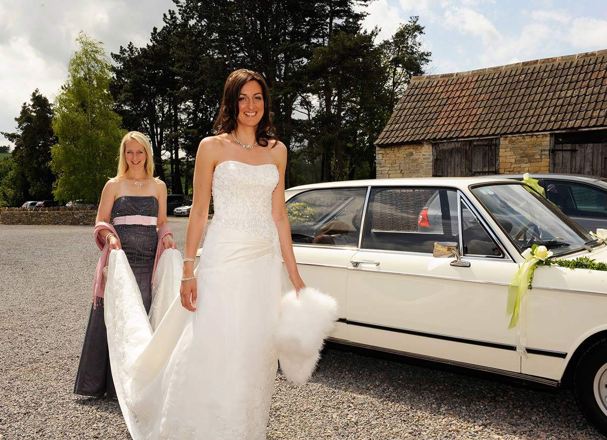 Honeylight Hochzeitsfotograf: Braut mit Kleid und Trautzeuging