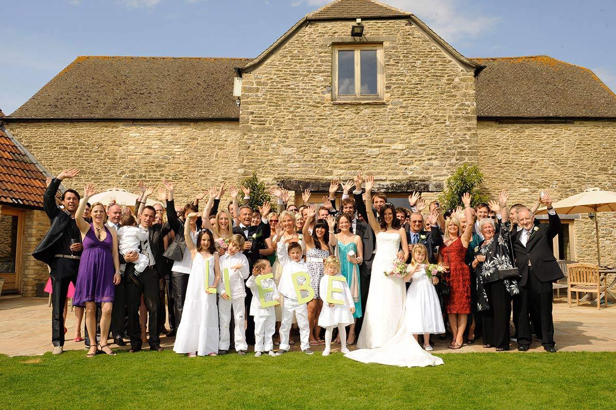 Honeylight Hochzeitsfotograf: Gruppenbild Hochzeitsgesellschaft vor Landhaus