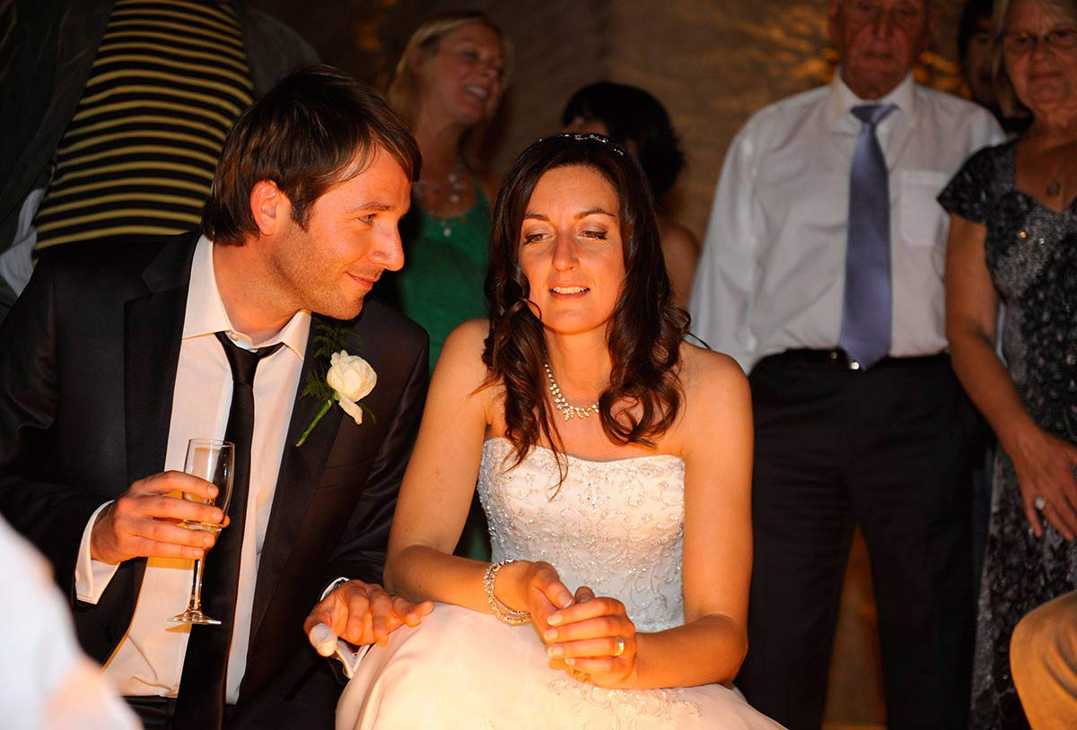 Honeylight Hochzeitsfotograf: Brautpaar schaut sich an auf Feier