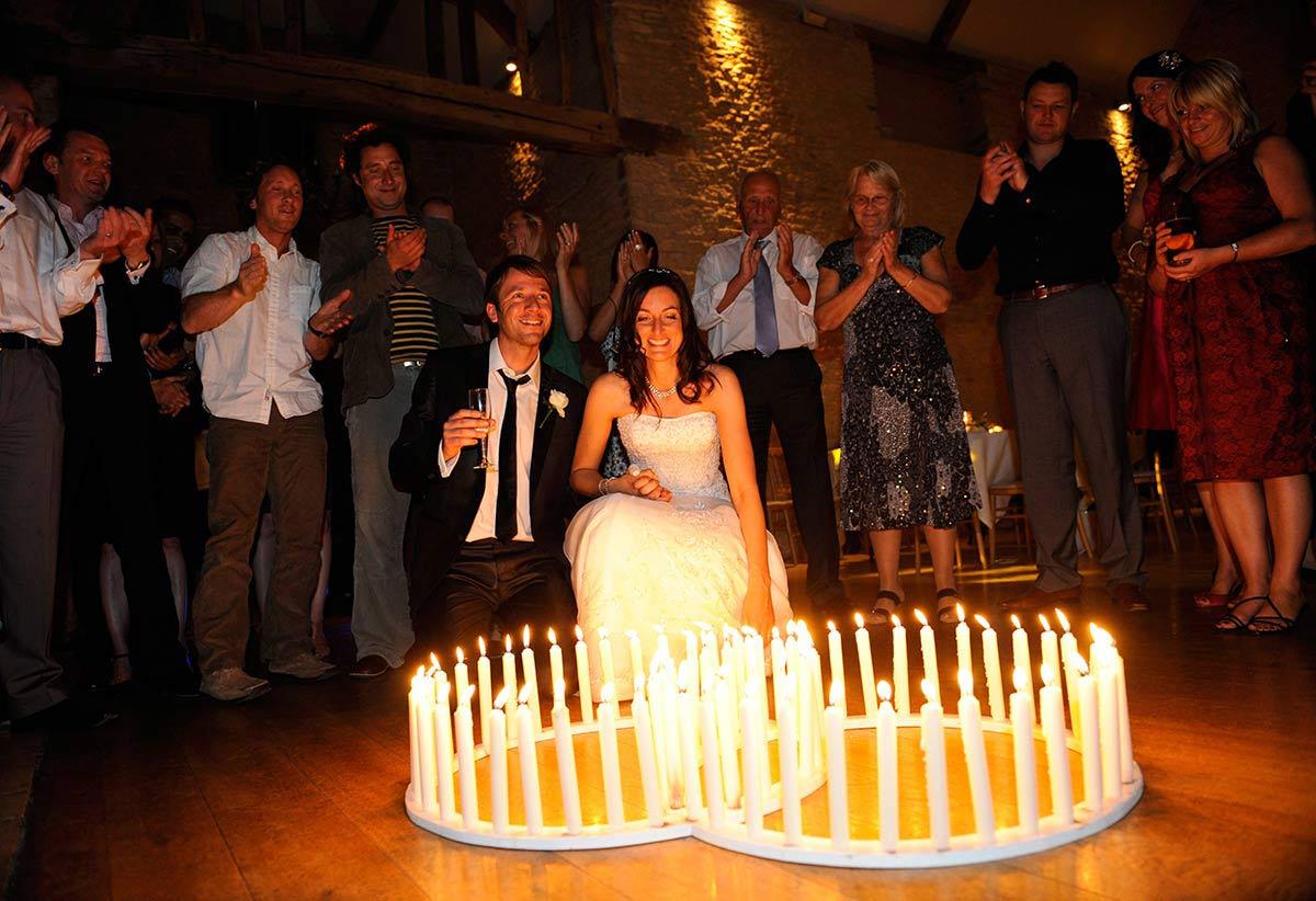 Honeylight Hochzeitsfotograf: Hochzeitskerzen mit Brautpaar