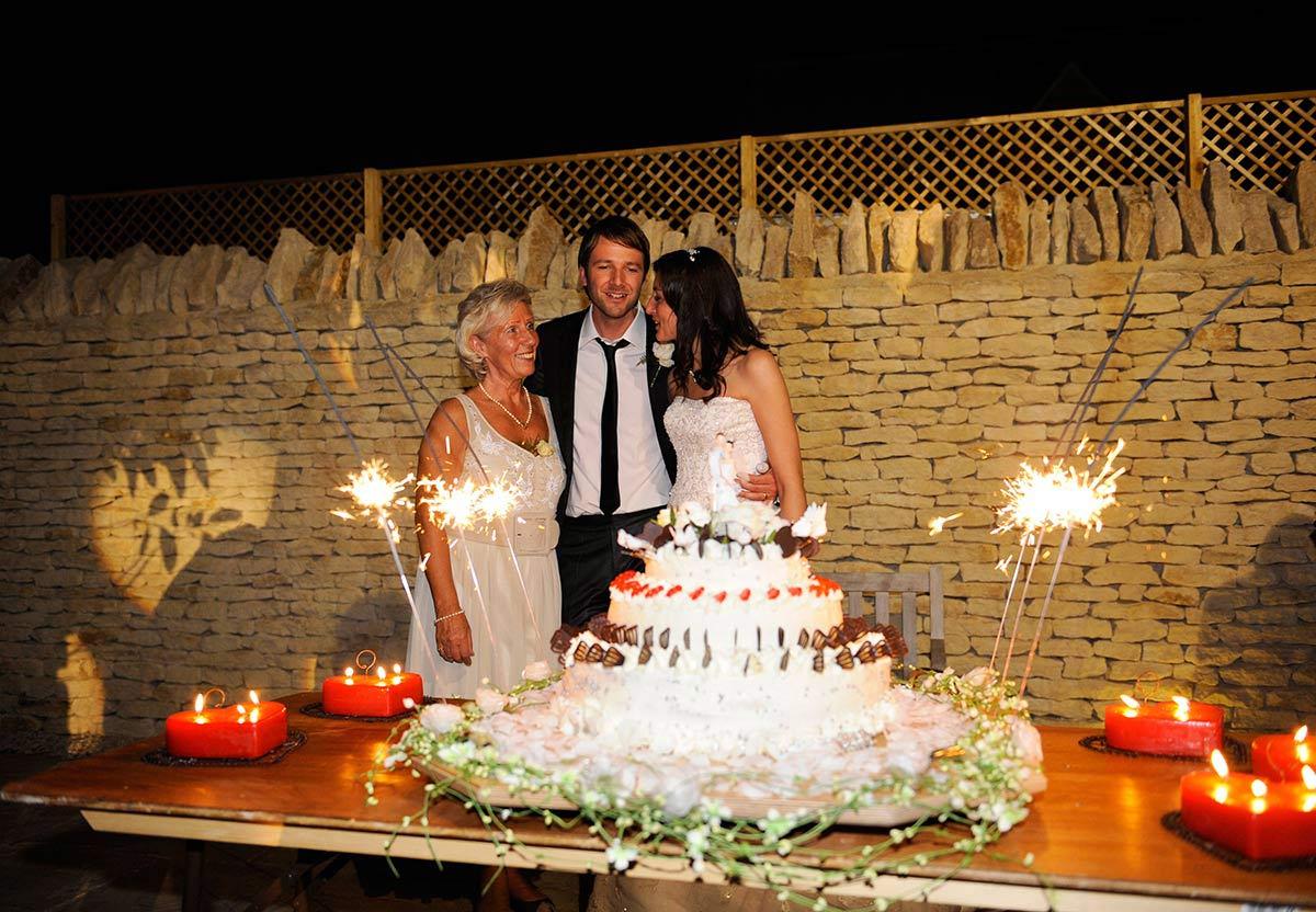 Honeylight Hochzeitsfotograf: Hochzeitstorte mit Brautpaar und Mutter
