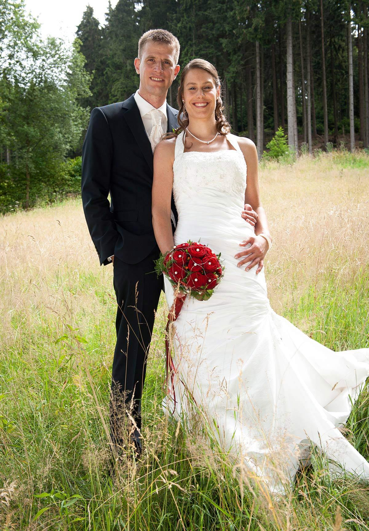 Hochzeitsfotograf Hagen: Portrait Junges Brautpaar auf Feld im Hagener Freilichtmuseum
