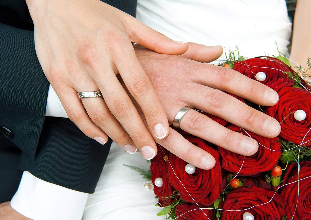 Hochzeitsfotograf Hagen: Hände mit Trauring und Rosen im Hagener Freilichtmuseum