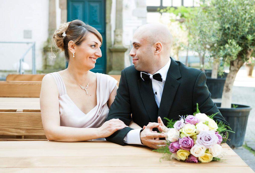 Hochzeitsfotograf Dortmund: Brautpaar sitzt und schaut sich an am Wasserschloss Haus Rodenberg in Dortmund Aplerbeck