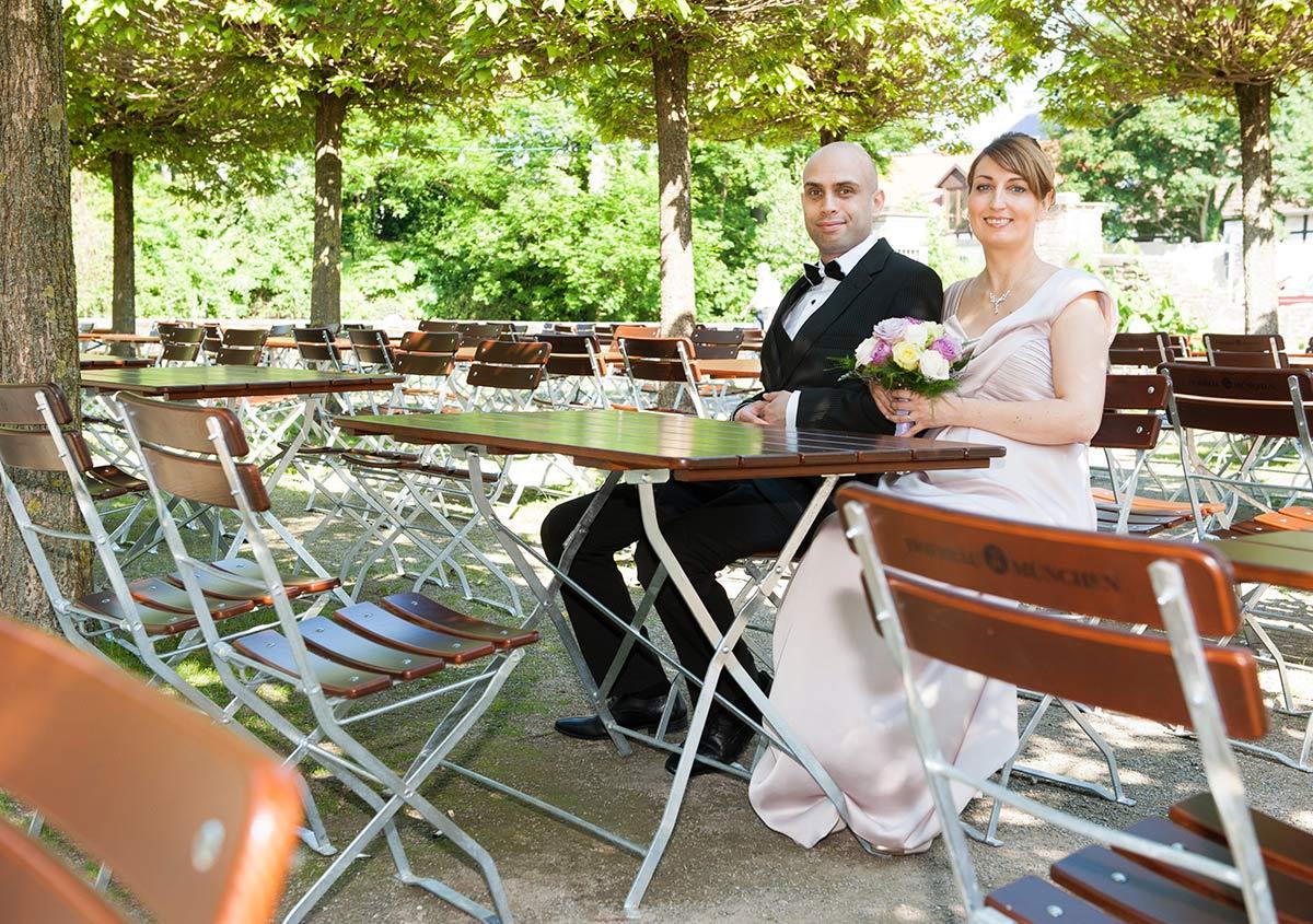 Hochzeitsfotograf Dortmund: Brautpaar sitzt im Cafe Wasserschloss Haus Rodenberg in Dortmund Aplerbeck