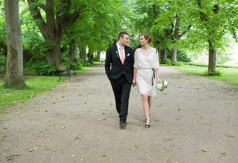 Honeylight Hochzeitsfotografen: Hochzeitspaar geht in Baumallee im Rombergpark Dortmund spazieren