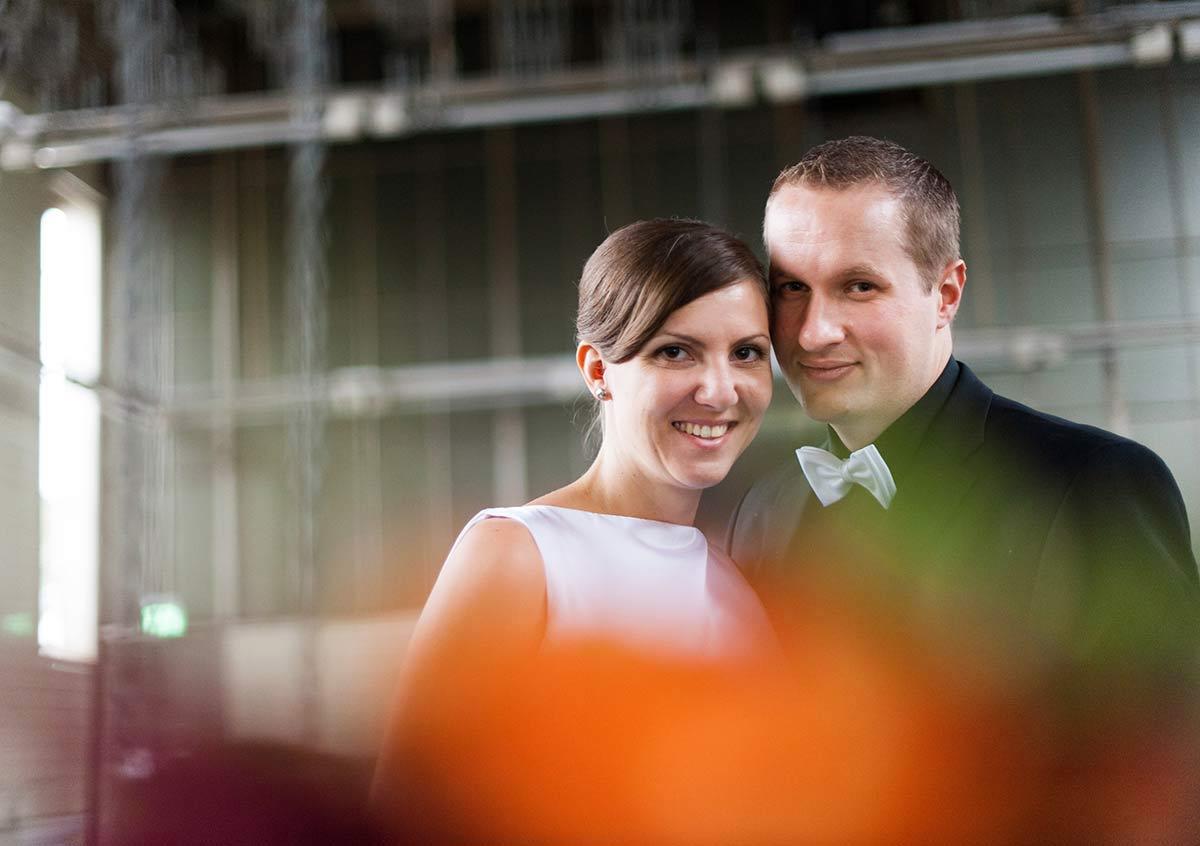 Honeylight Hochzeitsfotograf: Portrait des Brautpaares in der der Waschkaue der Hochzeitslocation Zeche Zollern in Dortmund
