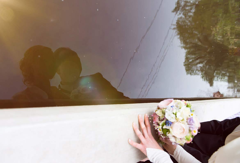 Honeylight Hochzeitsfotografie: Spiegelung des Brautpaares im Teich des Westfalenpars in Dortmund