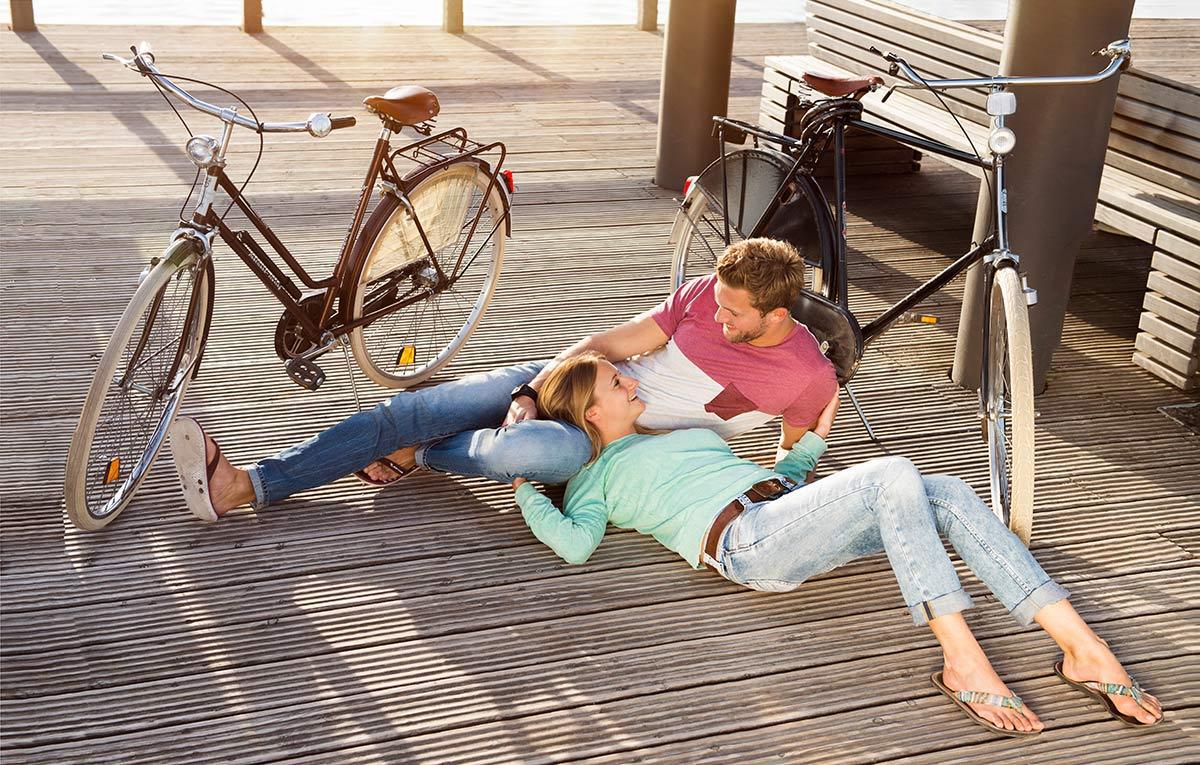 Junges Paar mit Fahrrädern am Phönixsee in Dortmund