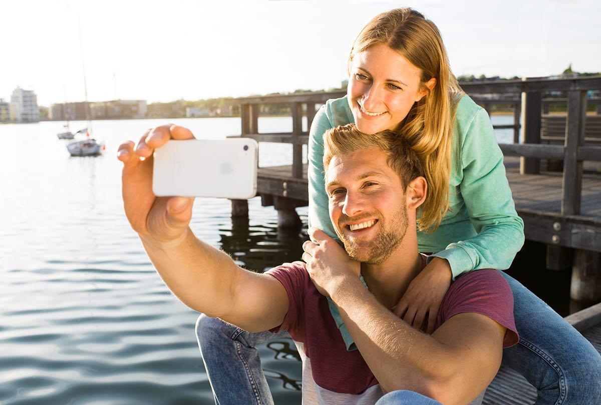 Junges Paar macht ein Selfie am Phönixsee in Dortmund
