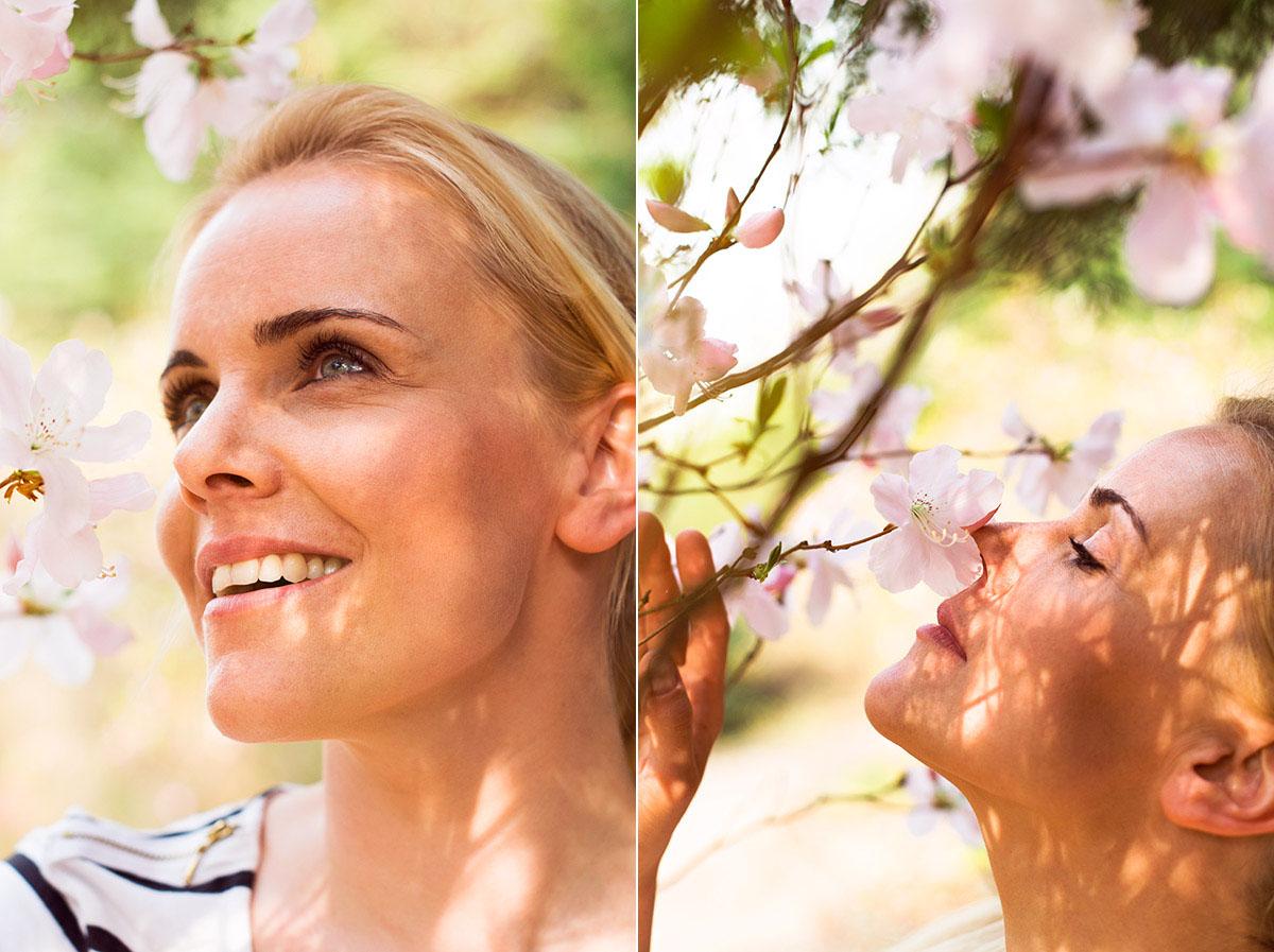 Lifestylefotografie Honeylight: Frau riecht an Blümen im Frühling