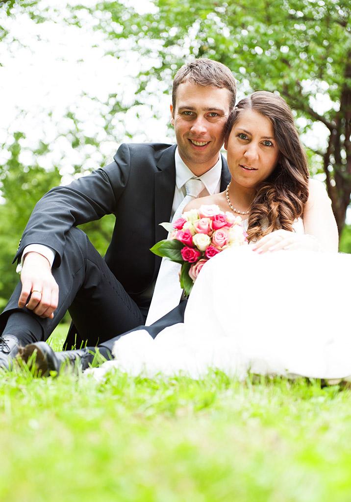 Hochzeitsfotografie Honeylight: Hochzeitsfotos vom Brautpaar das auf Wiese in Dortmund Rombergpark sitzt