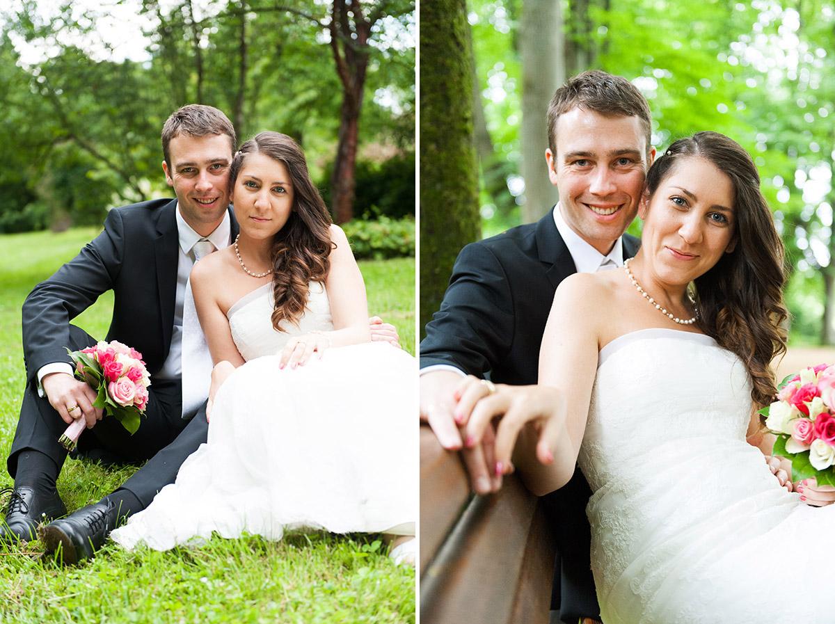 Hochzeitsfotografie Honeylight: Hochzeitsfotos vom Brautpaar in Dortmund Rombergpark blickt glücklich in die Kamera