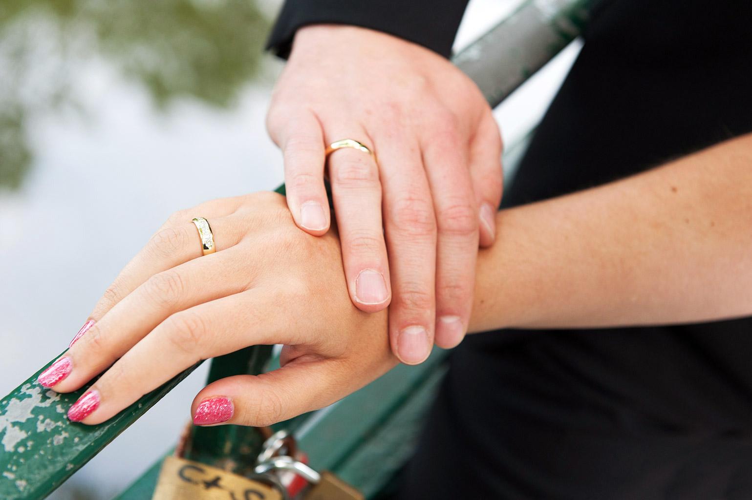 Hochzeitsfotografie Honeylight: Hochzeitsfotos von Händen mit Trauring