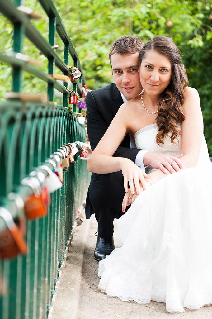 Hochzeitsfotografie Honeylight: Hochzeitsfotos vom Brautpaar auf Brücke in Dortmund Rombergpark