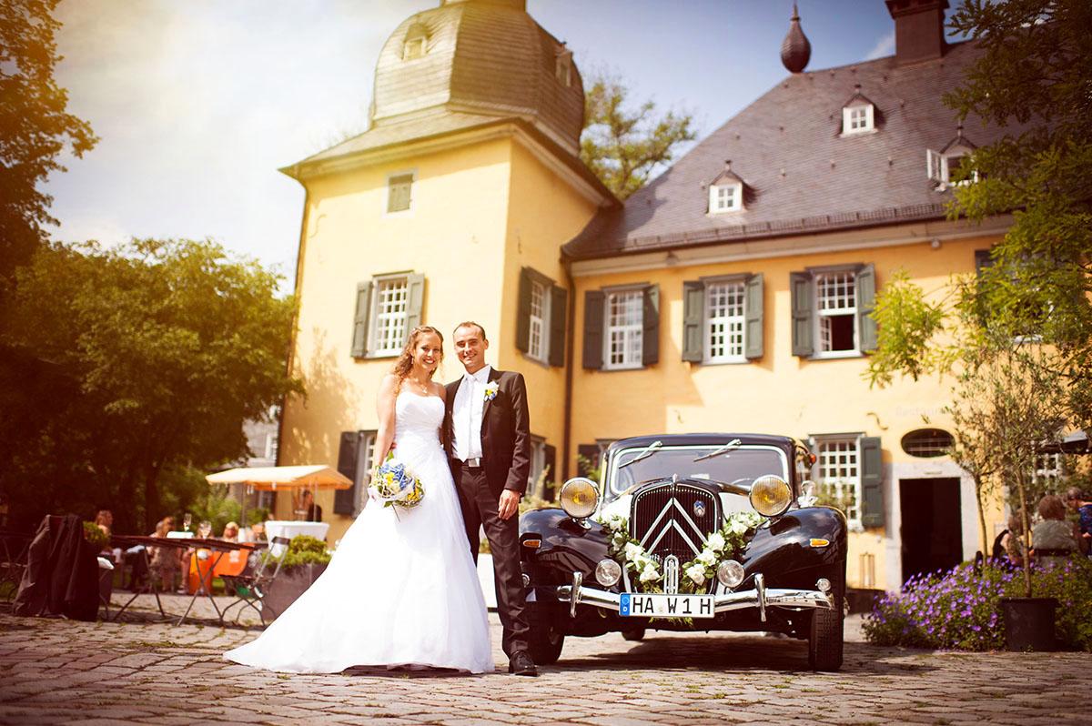 Hochzeitsfotografen Honeylight: Brautpaar steht der Location: Wuppertal Schloss Lüntenbeck