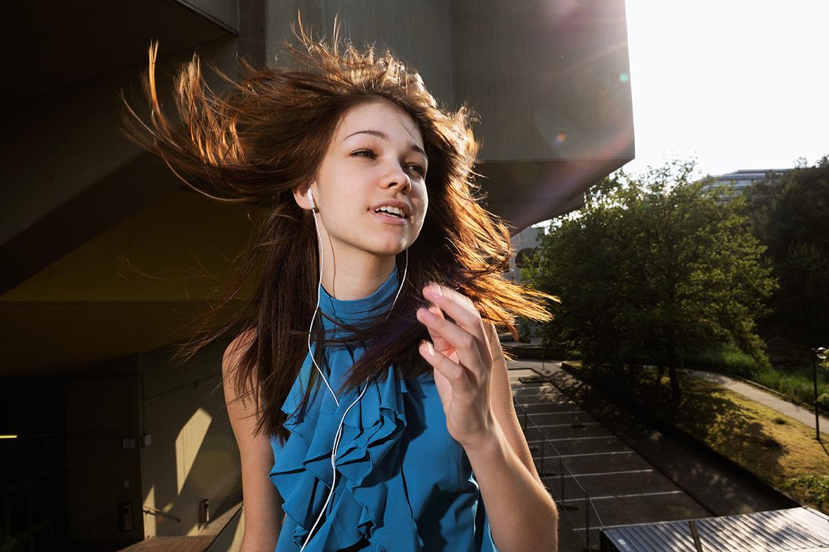 Lifestylefotografie Honeylight : Mädchen tanzt draußen mit I-Pod, Musik im Ohr