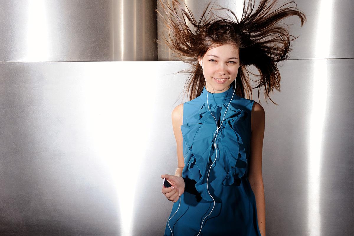 Honeylight Lifestyle Fotografie: Teenie Mädchen hört mit I-Pod Musik