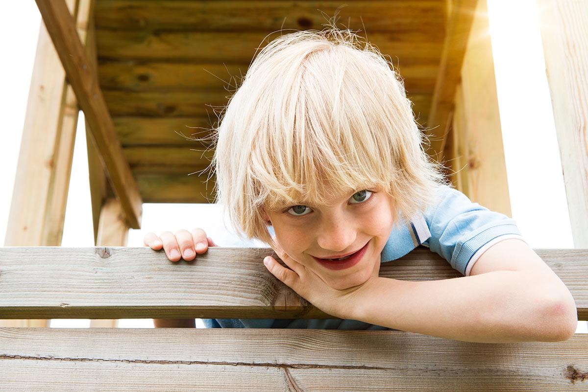 Familienfotografie Honeylight : Junge in Holzhütte