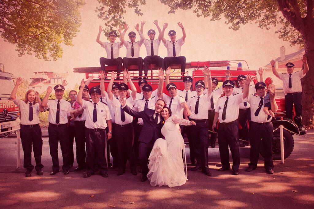 Gruppenbild Hochzeitsgesellschaft vor Feuerwehrauto