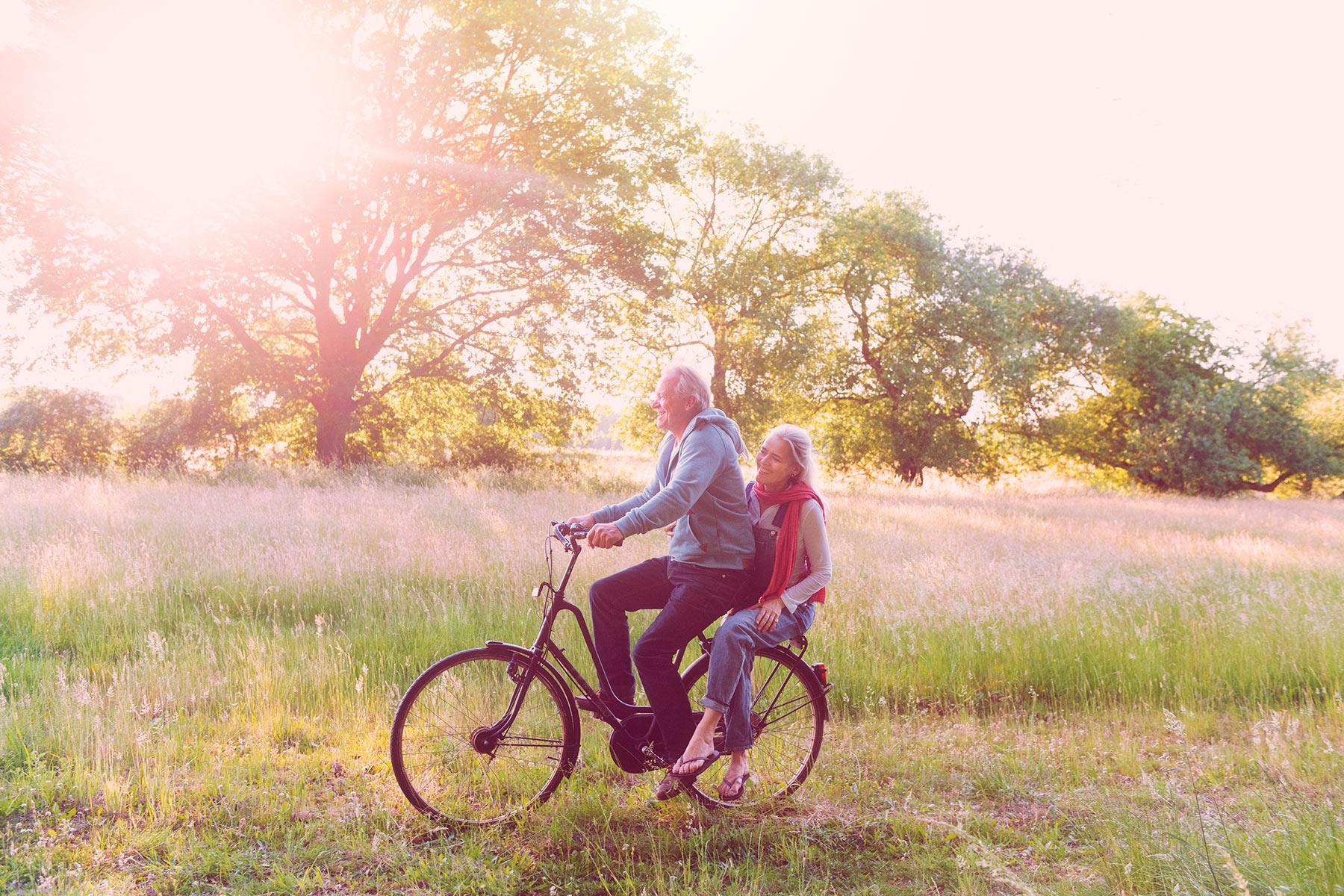 Paar fährt Fahrrad