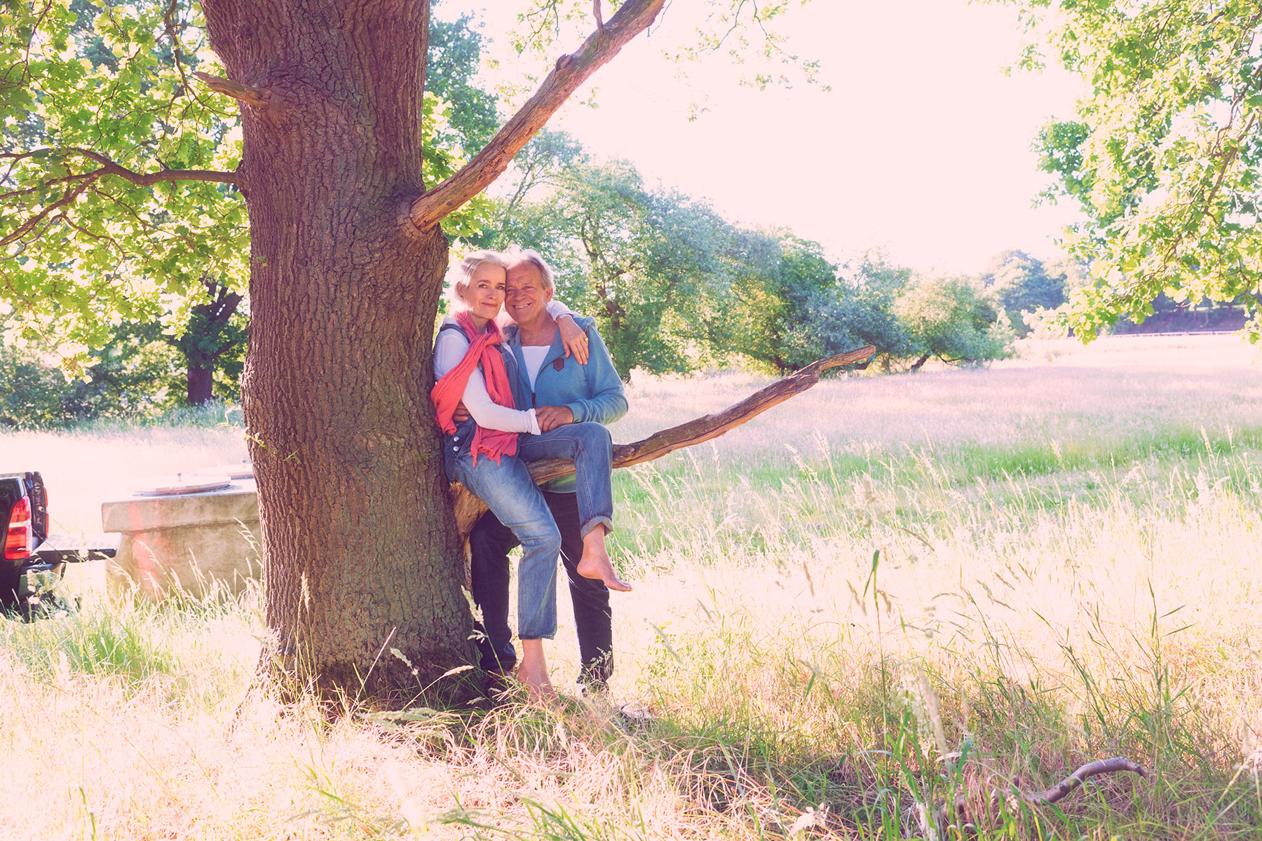 Paar am Baum im Sommer. Socmmerhochzeit