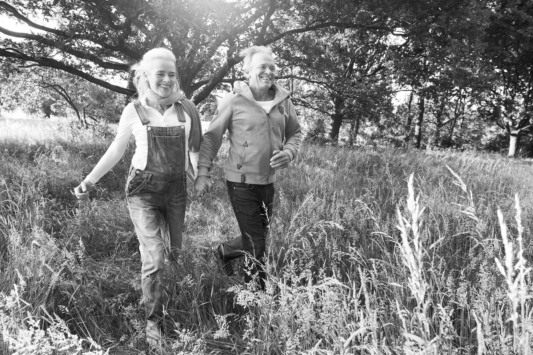 Sommerhochzeit, Paar im Feld