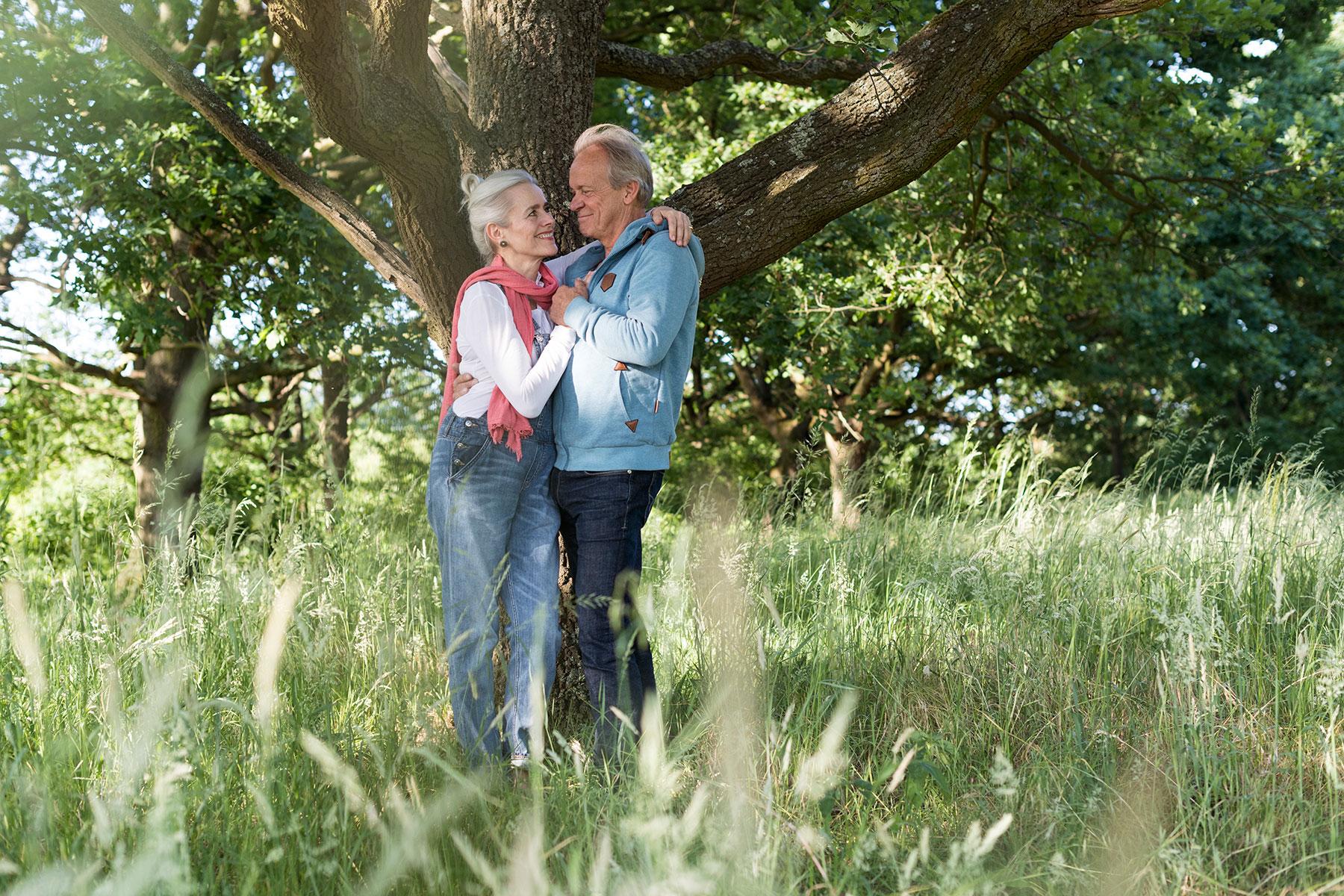 Portraitfoto eines glücklichen Paares am Baum in Dortmund