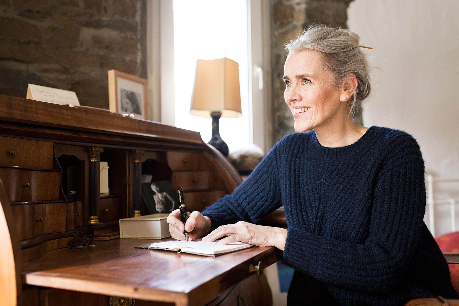 Portraitfoto eine am Schreibtisch am nachdenken mit Fueller