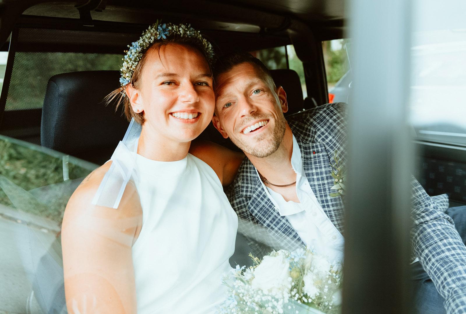 Hochzeitsfotos Dortmund, Brautpaar im Hochzeitsauto