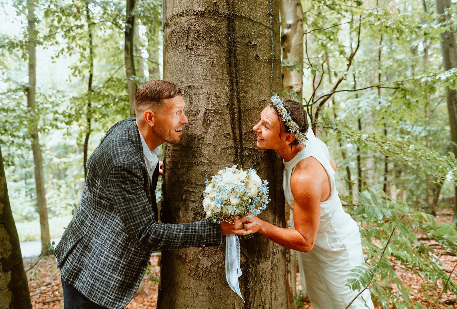 Brautpaar am Baum fotografiert von Honeylight