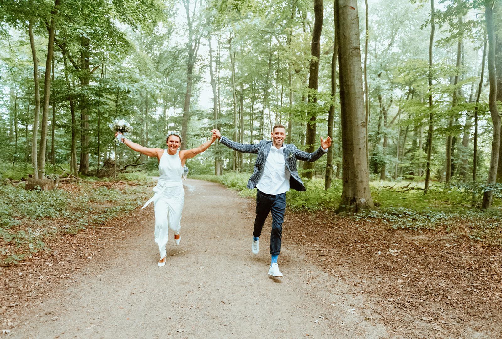 Hochzeitsfreude pur: Brautpaar rennt