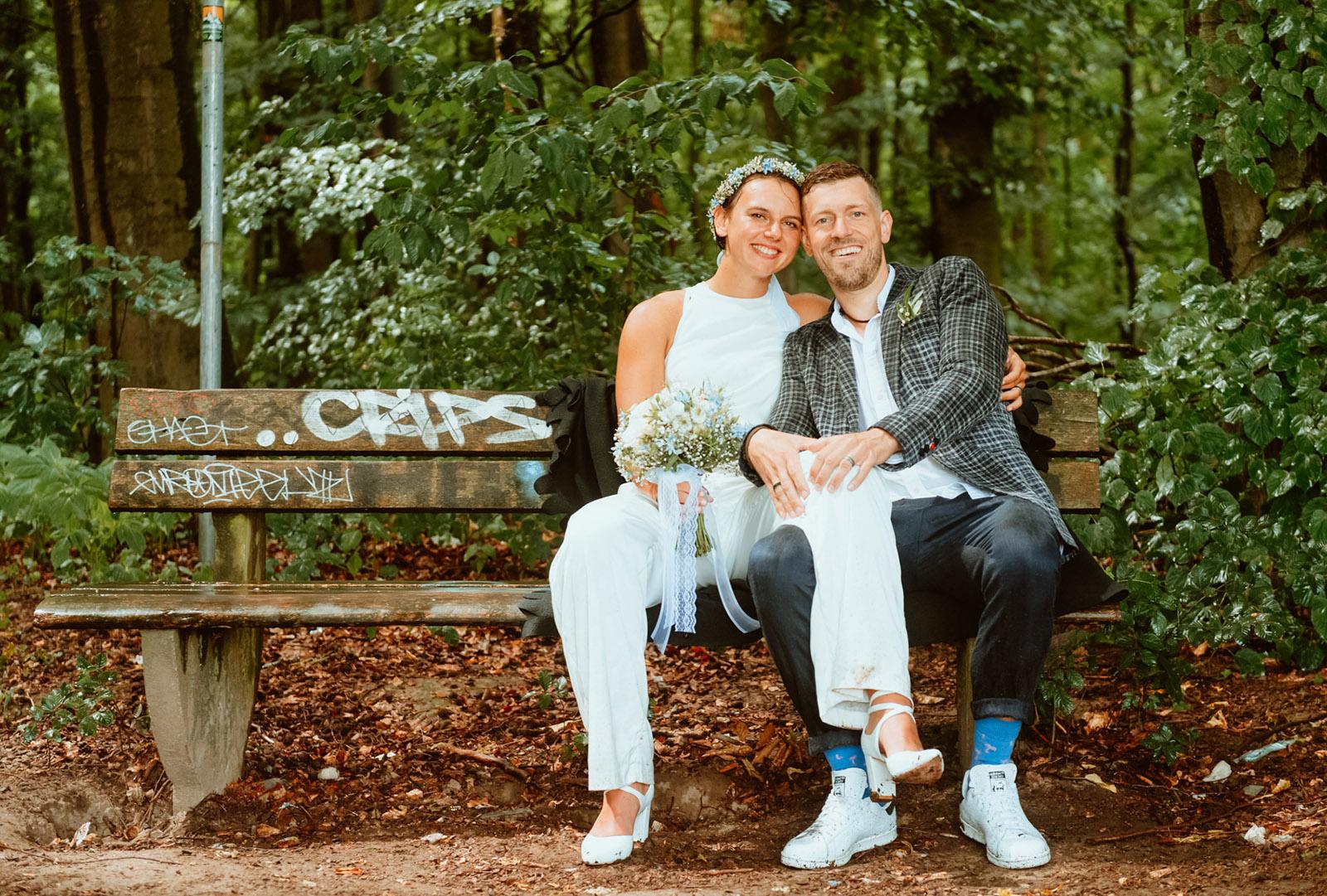 Brautpaar auf Parkbank