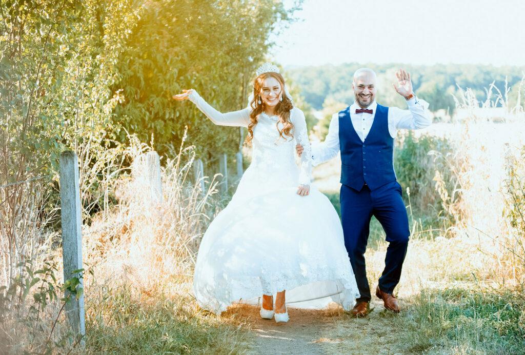 Glückliches Brautpaar beim Fotoshooting in Hagen