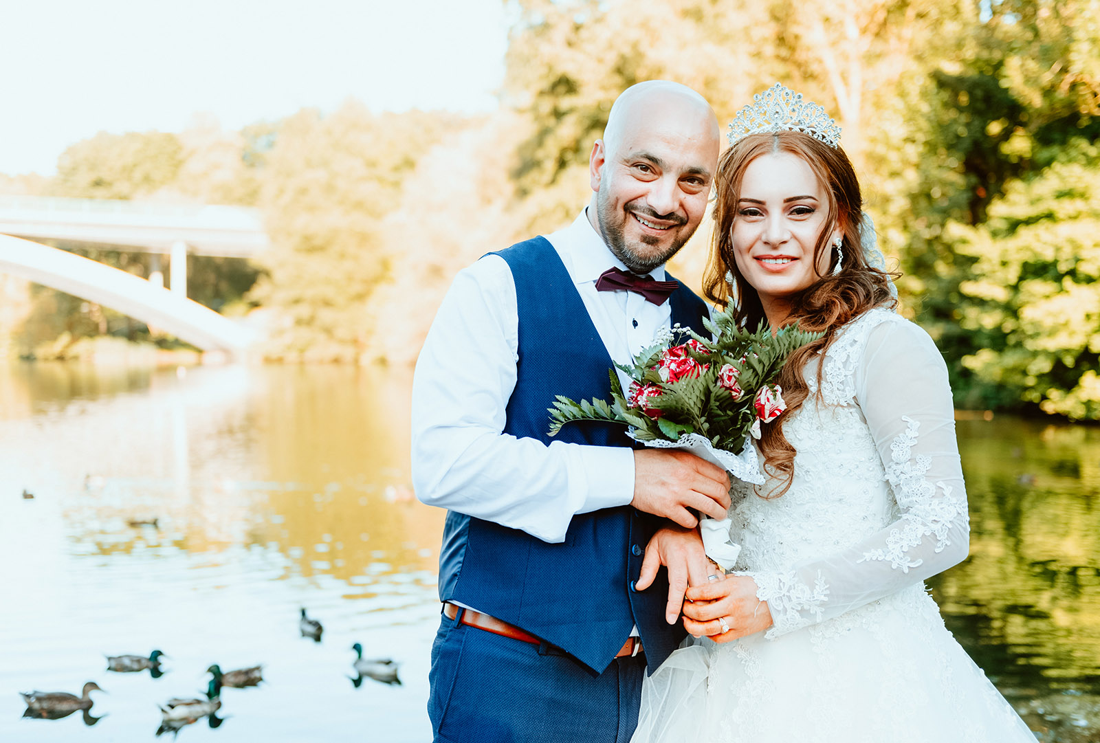Liebesglück: Glückliches Brautpaar beim Fotoshooting