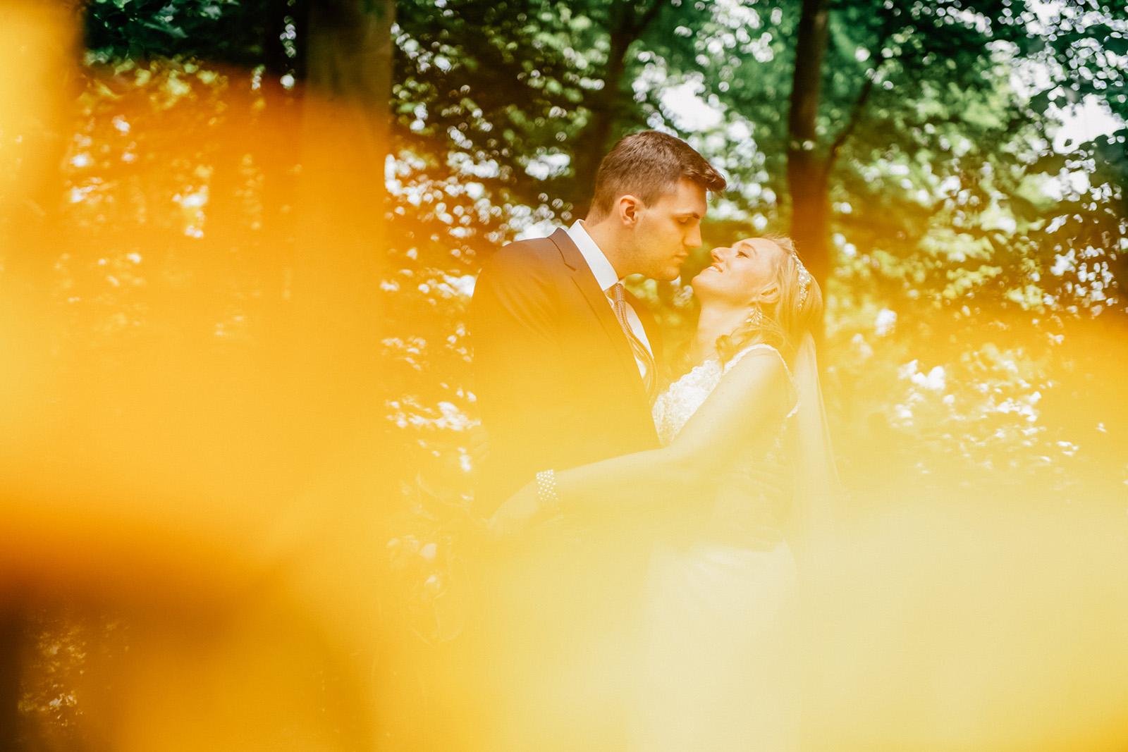 Glükliches Brautpaar