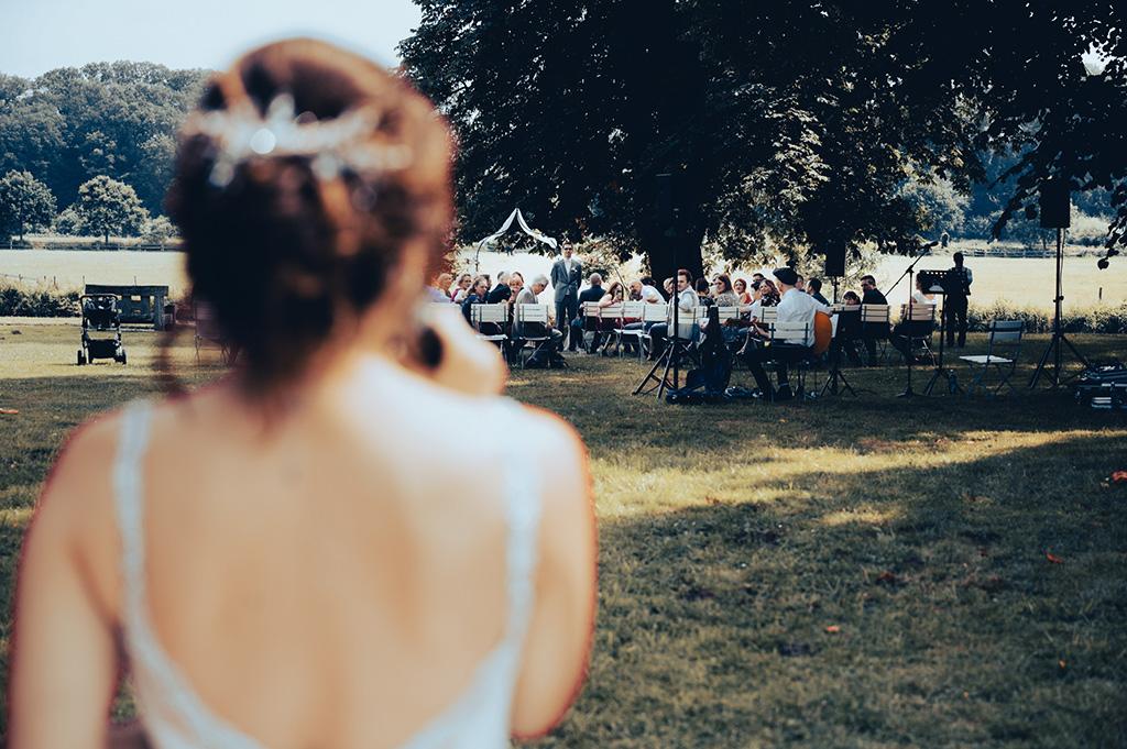 Braut singt vor Hochzeitsgesellschaft