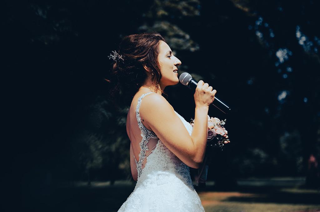 Braut Singt vor Hochzeitsgesellschaft in Schwerte