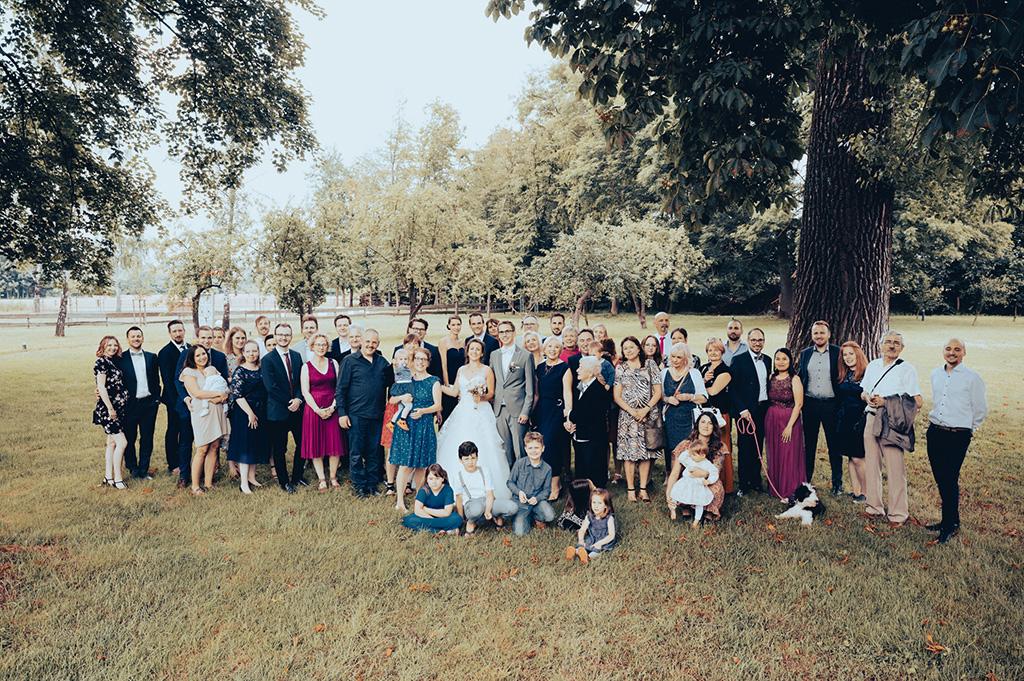 Familienfoto der Hochzeitsgesellschaft